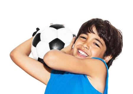 Lindo niño jugando al fútbol, ??niño feliz, adolescente varón joven portero disfrutar de juego de deportes, pelota tenencia, retrato aislado de una preadolescente sonreír y divertirse, actividades para niños, el futbolista poco Foto de archivo - 14086147
