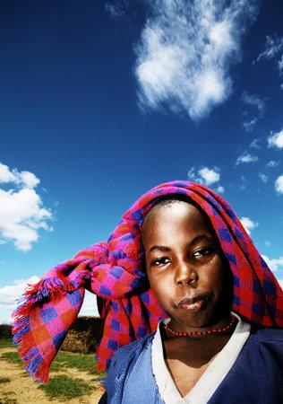 wees: Afrika, Kenia, Masai Mara, 12 november: portret van een hongerig Afrikaans kind van de Masai Mara stam dorp, herziening van het dagelijks kinderen leven, weesjongen, Masai Mara National Park Reserve, 12 november 2008 Kenia