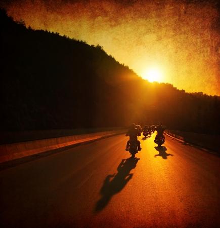 the rider: Giro in moto, chi guida moto, grande gruppo di motociclisti sulla parata giro estivo, passando tramonto strada, estate viaggiare, viaggio su strada, la libert� di vivere Archivio Fotografico