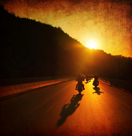 silueta ciclista: Paseo en motocicleta, gente que conduce motos, gran grupo de ciclistas en el desfile del paseo de verano, pasar atardecer calle, viajes de verano, viaje por carretera, la libertad estilo de vida