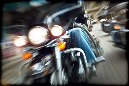 jinete: Resumen cámara lenta, los ciclistas circulaban en motocicletas, los conductores de carreras de motos, en una vista frontal, el movimiento borroso, viaje veraniego por carretera, el concepto de velocidad, la libertad Foto de archivo