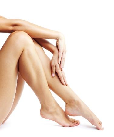depilacion con cera: Piernas de la mujer aisladas sobre fondo blanco