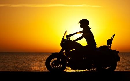 motorrad frau: Frau Biker über Sonnenuntergang, weiblich Motorradfahren, Motorrad-Fahrer unterwegs, Mädchen-Rennen auf der Beach Road, Freiheit Lifestyle
