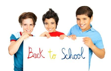 ni�o modelo: Escolares Happy aisladas sobre fondo blanco, alegre ni�os preadolescentes estudiantes en posesi�n de la Junta con copia espacio para el texto del anuncio, los amigos adolescentes sonrientes, los ni�os estudiando, educaci�n de los ni�os de nuevo a concepto de la escuela