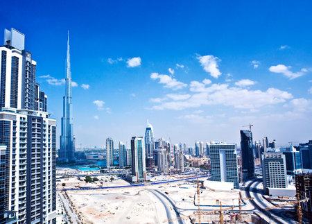 the emirates: Imagen panor�mica de la ciudad de Dubai, paisaje urbano moderno, en el centro con el cielo azul de lujo de alta tecnolog�a de la ciudad en el Oriente Medio, Emiratos �rabes Unidos