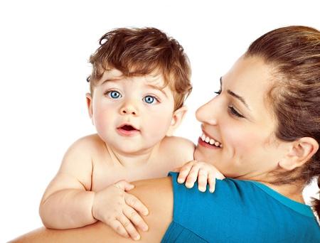 madre y bebe: Madre con el peque�o beb� aislado en el fondo blanco
