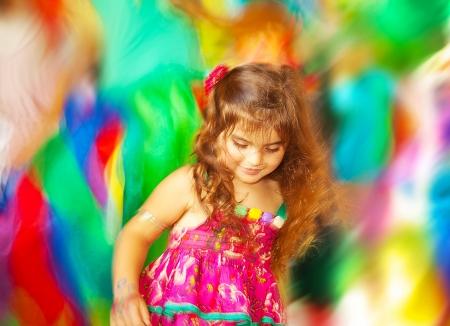 weinig gelukkig kind te genieten van kind partij buiten Stockfoto
