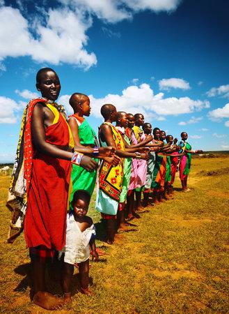 tribo: Homens africanos dan�ando ao ar livre