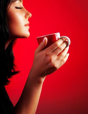 drinking coffee: Se�ora hermosa de tomar caf�