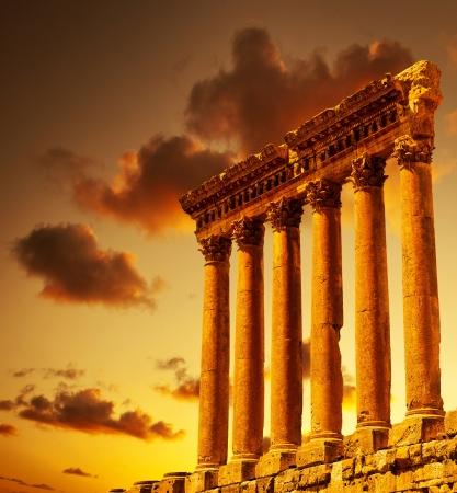 Ruines de colonnes sur le coucher du soleil