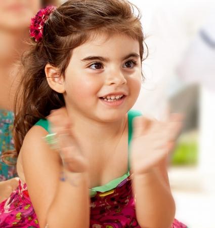 aplaudiendo: Niña bebé palmas, cerca retrato de niño riendo alegre hembra, niña niño feliz que se divierte en su fiesta de cumpleaños de 3 años, el concepto de infancia feliz, profundidad de campo