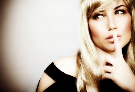 stil zijn: Foto van aantrekkelijke vrouw expressie stille mysterieuze meisje tonen stilte gebaar