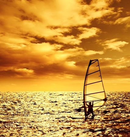 windsurf: Foto de la puesta de sol sobre windsurfista silueta, deporte acuático, paisaje hermoso océano, vacaciones de verano y de las vacaciones, el hombre deportivo en tabla de surf jugando con onda, estilo de vida activo y saludable
