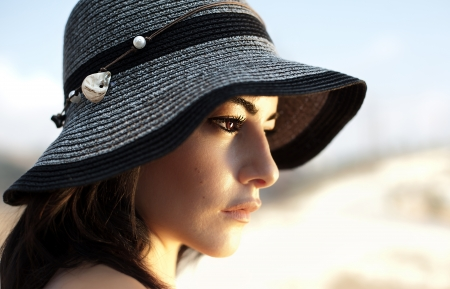 naturel: Photo of beautiful woman in black stylish hat, closeup portrait of gorgeous young lady with naturel makeup, side view of lovely charming arabic female, vacation and holiday concept