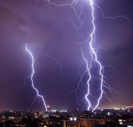 Foto de un rayo poderoso hermosa ciudad grande, con cremallera y tormenta, resumen de antecedentes, cielo azul oscuro con el flash eléctrico brillante, el trueno y el rayo, el concepto de mal tiempo Foto de archivo