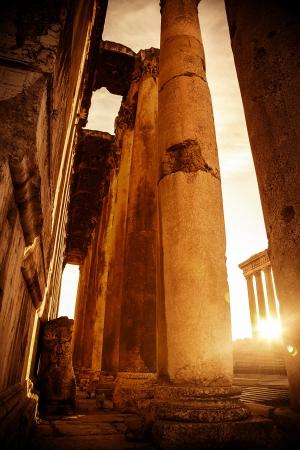 Templo de Júpiter, Baalbek, Líbano, ruinas antiguas de la ciudad, imagen retro del estilo del grunge con la luz brillante del sol, el casco antiguo de la puesta del sol, monumento histórico, ruinas del castillo religioso, la cultura mediterránea Foto de archivo - 16158517