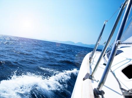 bateau voile: voilier dans l'action, ce qui acc�l�re la mer bleue ouverte Banque d'images