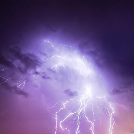 rayo electrico: Imagen de un rayo en cielo p�rpura descarga nublado