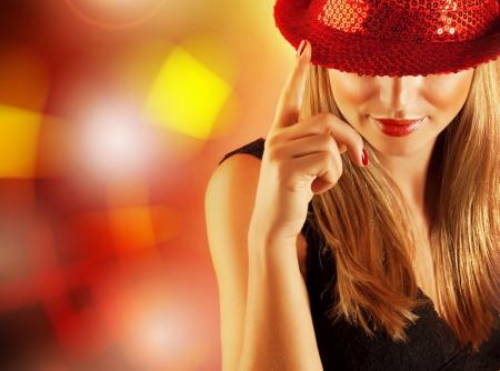 sylwester: Zdjęcie pięknej tancerki z palcem na scenie w klubie disco, portret ładny blond kobieta samodzielnie na lśniące tło, lifestyle noc, Christmas Party, New Year Eve Zdjęcie Seryjne