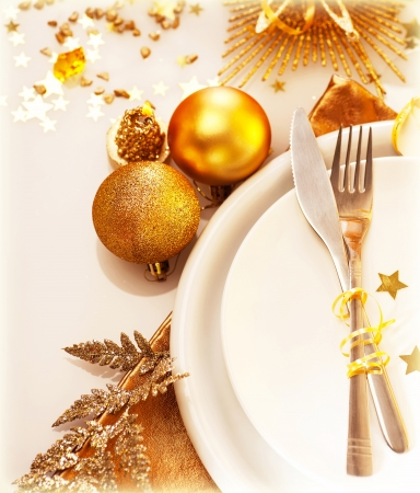 Obrázek luxusního nastavení vánoční stůl, slavnostní bílé nádobí podávané se stříbrnými příbory a zdobené krásnou zlatou svíčku a lesklý cetka, Nový rok Dovolená, x-mas Celebration