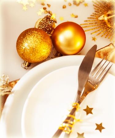 comida de navidad: Imagen de la puesta de la mesa de Navidad de lujo, vajilla blanca festivo servido con cubiertos de plata y adornado con velas de oro hermoso y chuchería brillante, feriado de Año Nuevo, Navidad celebración Foto de archivo