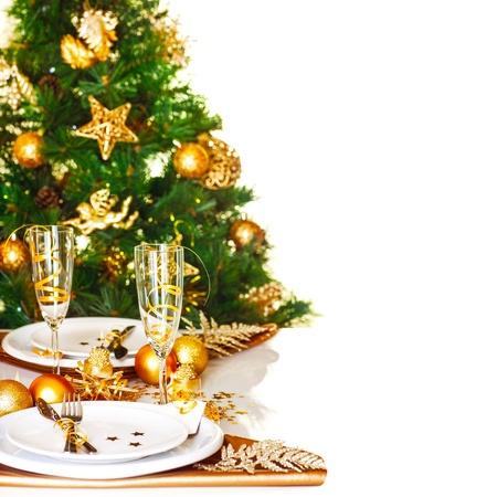 cena navideña: Foto de la frontera de la Navidad ajuste de la tabla, hermoso árbol de Navidad decorado aislados en fondo blanco, cena vacaciones románticas, vajilla de lujo blanca decorada con una cinta de oro