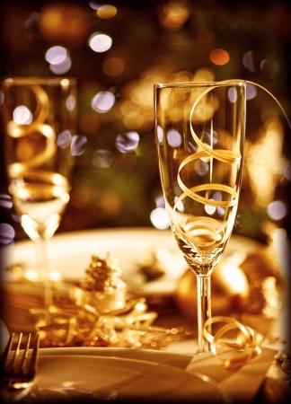 Glasses of champagne and candles: Hình ảnh của thiết lập bảng Giáng sinh Kho ảnh