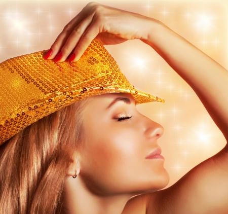 perfil de mujer rostro: Foto de mujer sexy con sombrero de lujo de moda con oro reluce, club nocturno, discoteca bailarín, cantando niña, función de la noche, la víspera de Año Nuevo, fiesta de Navidad, disfrutar de la música
