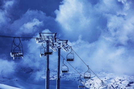 Photo chairlift on luxury ski resort in Faraya mountains, active lifestyle, winter sports, Christmas holiday, snowy mountain, skiing recreation outdoors, high transportation chair lift, Christmastime photo