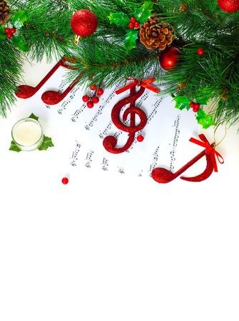 歌: 別の美しいつまらないもの、クリスマスのグリーティング カード飾られてクリスマス高音部記号、ノートのページ、お祭り休日の国境、伝統的なクリスマスキャロル、新年のツリーに赤いト音記号