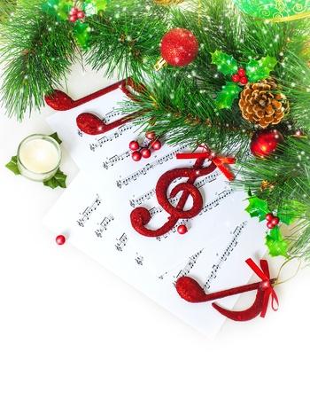 clave de sol: Imagen de rojo festivo clef triple en el papel de notas, canción navideña, decoración verde abeto, tradicional villancico de Navidad, el sonido de la música, tarjeta de felicitación de Año Nuevo, Navidad celebración víspera Foto de archivo
