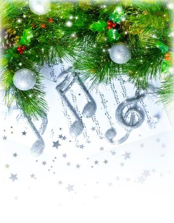 boldog karácsonyt: Kép a karácsonyi háromszoros hangjegykulcs jegyzetek oldalakon, szép dallam, ezüst dísz a zöld fenyőfa határ, hagyományos karácsonyi ének, Újévi üdvözlőlap, zenei lap, karácsonyi dekoráció