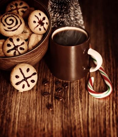 snoepjes: Foto van traditionele kerst snoepjes met kop warme chocolademelk op houten tafel, Nieuwjaar dessert, geroosterde bruine koffieboon, snoepgoed, kleine decoratieve feestelijke dennenboom, zelfgemaakte koekjes