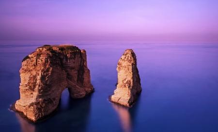 아름 다운 보라색 일몰, 지중해의 해안선, 진정 평화로운 날씨, 저녁에 물에 유명한 레바논 랜드 마크, 화려한 풍경, 관광 개념에 Rawsha 바위의 사진 스톡 콘텐츠