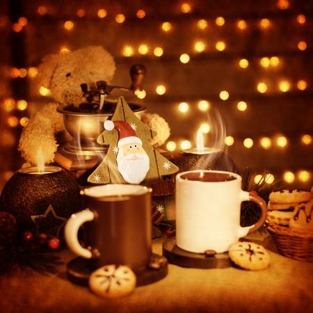 cioccolato natale: Immagine della bella Natale still life, pan di zenzero tradizionale con tazze di caffè sul tavolo, orsacchiotto con decorazione albero di Natale in legno adornano dolce vacanza, Nuovo biglietto di auguri anno