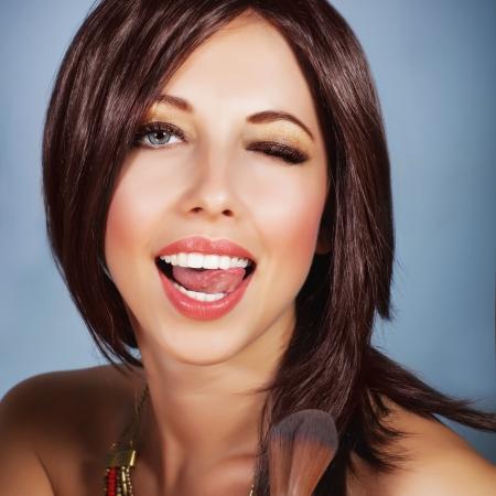 femme bouche ouverte: Image de belle femme faisant maquillage, closeup portrait d'une jeune fille glamour appliquant pinceau blush pour faire teint parfait, visage séduisant, expression ludique de visage, mode de vie de luxe