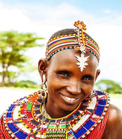 África, Kenia, Samburu, 8 DE NOVIEMBRE: El retrato de la mujer Samburu usando accesorios hechos a mano tradicionales, revisión de la vida cotidiana de la población local, cerca de Parque de Samburu National Reserve, noviembre 8,2008, Kenya
