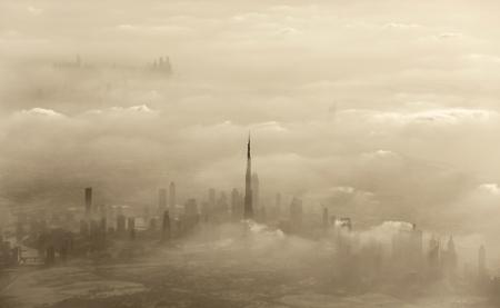 polvo: Espectacular tormenta de arena en la ciudad de Dubai, Emiratos �rabes Unidos, resort de lujo, hermosa cubierta de polvo, el clima ventoso en el desierto