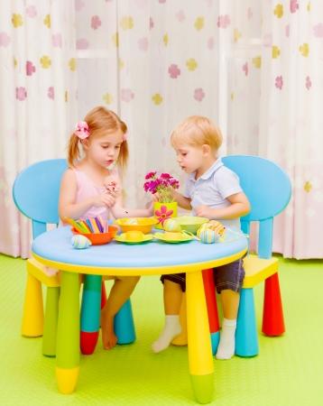 Kleine Süße Kinder Lernen Zeichnen, Kreative Kunst, Malen Eier ...