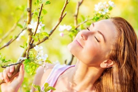 ojos cerrados: Retrato de la hermosa mujer tranquila disfrutando de la naturaleza de la primavera con los ojos cerrados, divertirse al aire libre, el concepto de placer Foto de archivo