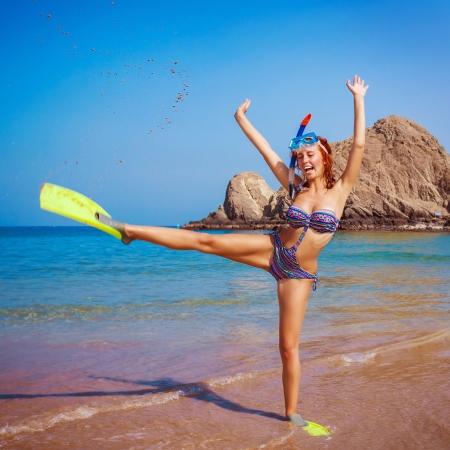 flippers: Chica divertida feliz usando equipo de buceo, levantó las manos, resort tropical, estilo de vida activo, manía verano, vacaciones de concepto de turismo y