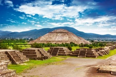 top 7: Pir?mides del Sol y la Luna en la Avenida de la antigua ciudad cultural hist?rica Dead, Teotihuacan, antiguas ruinas de la civilizaci?n azteca, M?xico, Am?rica del Norte, viajes por el mundo Foto de archivo