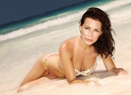 body slim: Gros plan sur la belle femme sensuelle avec un corps mince parfait couch� sur le bord de mer, en profitant complexe tropical de luxe, conception de d�sir