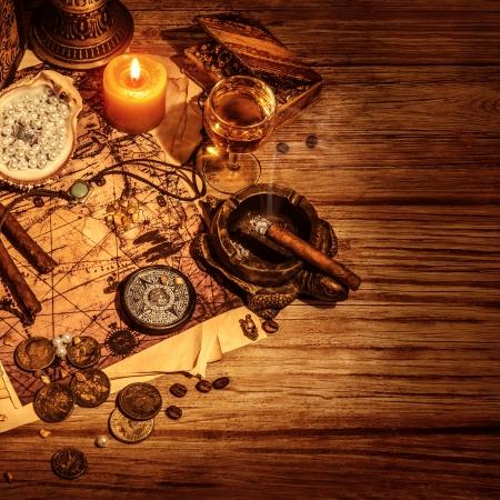 isla del tesoro: Piratas frontera tesoro, vidrio de vino y cigarros por filibustero, el mapa con forma de isla tesoros, monedas de oro, accesorios antiguos, la delincuencia y el concepto de la pirater�a