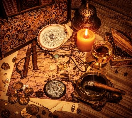 Detalle de hermoso tesoro fondo bucanero, piratas de lujo bebe alcohol, cigarros, brújula, perlas, dibujo del mapa, el concepto de estilo de vida de la piratería Foto de archivo - 20243958
