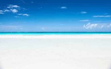 Mooi zeegezicht, schone witte zandstrand, blauwe hemel, turkoois vreedzaam zee, luxe tropische resort, romantische huwelijksreis, zomer vakantie concept
