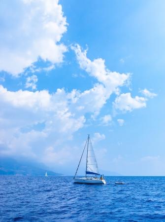 Zeiljacht in de zee, zomervakantie, zeilsport, vervoer over water, luxe lifestyle, rustig landschap, reizen en vakantie concept Stockfoto