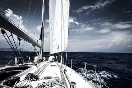 夕方、極端なウォーター スポーツ、アクション、夏の交通機関、海洋、アクティブな休日の概念での旅行にヨットで海に高級帆ボート