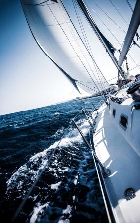 Zeilboot in actie, extreme sport, luxe vervoer over water, de zomer vakantie, cruise in de zee, actieve levensstijl, reizen en toerisme begrip