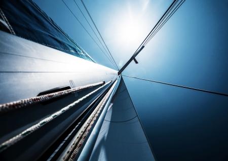 블루 맑은 하늘, 추상적 인 배경, 활동적인 라이프 스타일, 범선의 세부, 고급 물 운송, 밝은 태양 빛, 여름 휴가 개념을 통해 항해